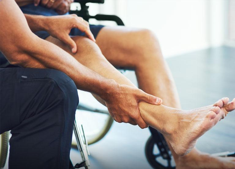 Fizjoterapeuta trzymający nogę